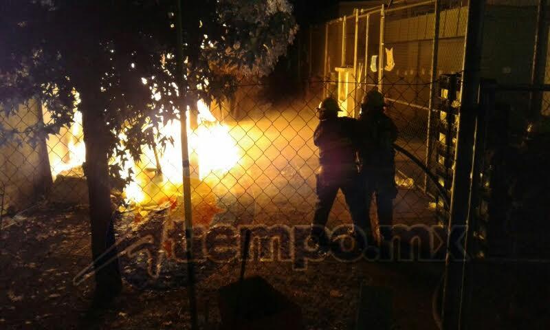 De acuerdo con la Asociación de Bomberos del Estado de Michoacán (ABEM), el siniestro se reportó a las 23:35 horas en la sucursal ubicada sobre la carretera México-Guadalajara, en la colonia Moderna (FOTOS: FRANCISCO ALBERTO SOTOMAYOR)
