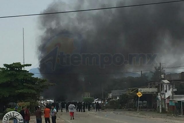 Algunos de los manifestantes amagaron con impedir el paso del tren acostándose en las vías (FOTOS: EDUARDO ZÚÑIGA / CORRESPONSAL)