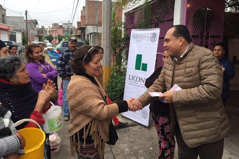 El gerente estatal de LICONSA, Gerónimo Color Gasca entregó 100 nuevas tarjetas a beneficiarios en la colonia Unidos Santa Cruz