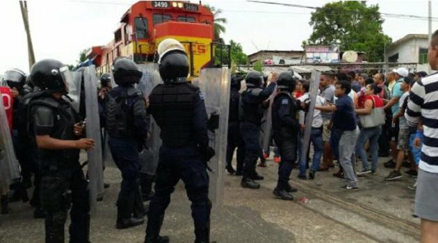 Ante esta acción, los normalistas, apoyados por maestros y lugareños que también participaban en el bloqueo, agredieron al personal de seguridad arrojando palos y piedras