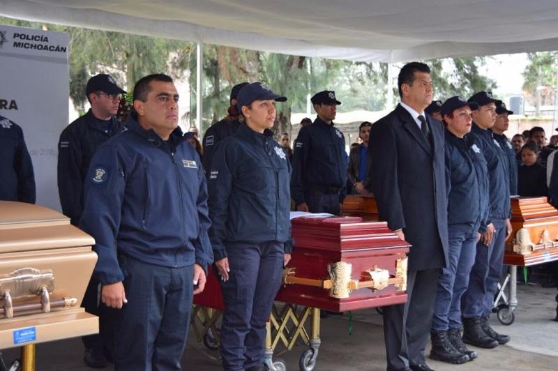 Corona Martínez, encabezó la ceremonia donde rindieron honores a sus familiares, que los acompañaron en la tarea de servir a Michoacán
