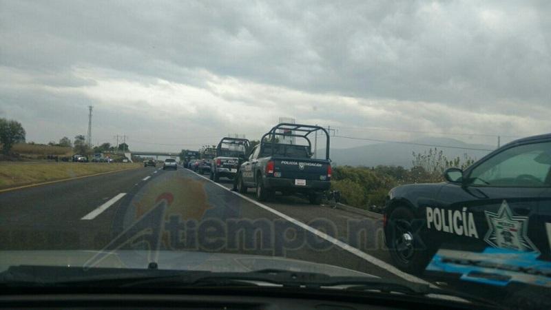 """Normalistas habían amagado con realizar actos de vandalismo y bloqueos carreteros por la """"represión"""" que sufrieron sus compañeros de Arteaga al bloquear las vías del tren y quemar una camioneta en la Tenencia de Guacamayas (FOTO: FRANCISCO ALBERTO SOTOMAYOR)"""