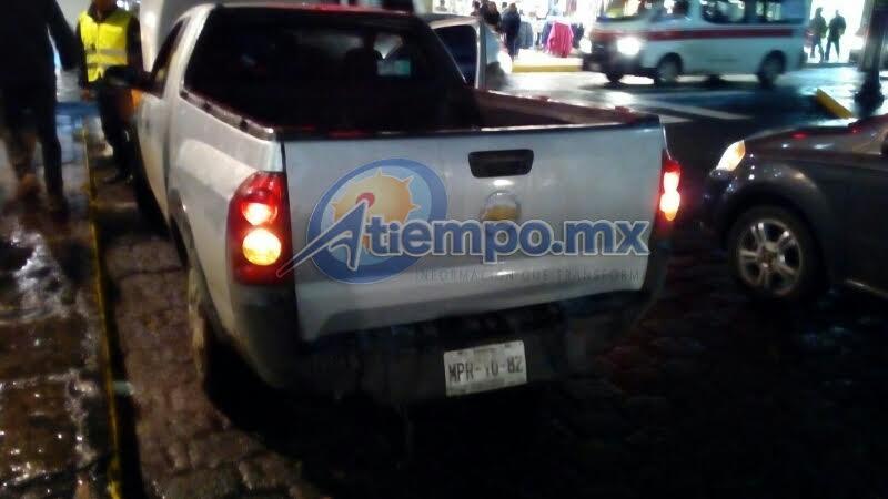 Agentes de la Policía Michoacán que se encontraban en la zona auxiliaron al automovilista para sofocar el siniestro (FOTO: MARIO REBOLLAR)