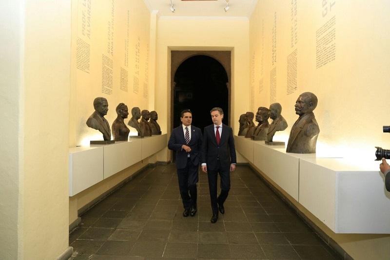 Silvano Aureoles y Aurelio Nuño coincidieron en que continuarán trabajando de manera conjunta para resolver los pendientes en el sector educativo, actuando siempre bajo la legalidad y respeto al Servicio Profesional Docente