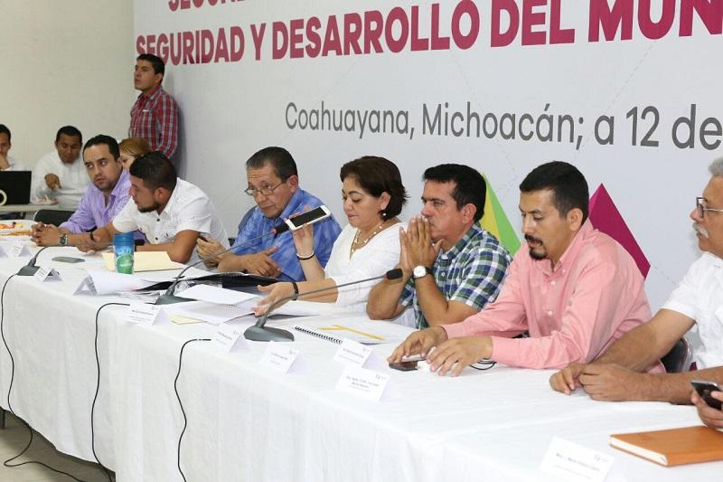 Vía telefónica, Aureoles Conejo estableció un breve diálogo con los representantes de este organismo, a quienes manifestó que su Gobierno tiene el firme compromiso de trabajar para lograr el desarrollo integral de Coahuayana