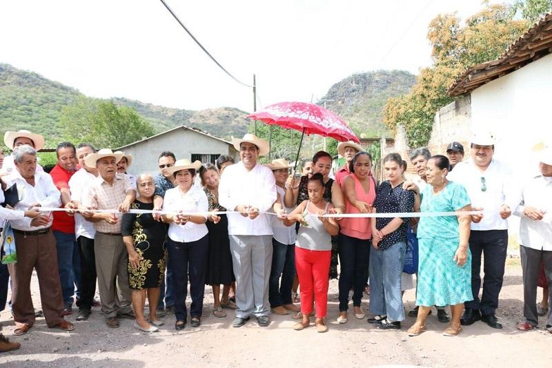 Estas acciones resaltó Ibarra Torres son con el propósito de dignificar los accesos y calles de la comunidad, obras que se realizan en otras comunidades, tenencias y en la cabecera municipal