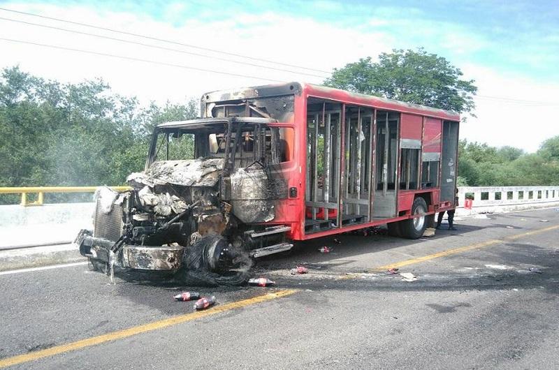 Al lugar acudieron elementos de la Policía Michoacán, de la Policía Federal y del Ejército Mexicano; en estos momentos la vialidad se encuentra libre (FOTO: CORTESÍA)