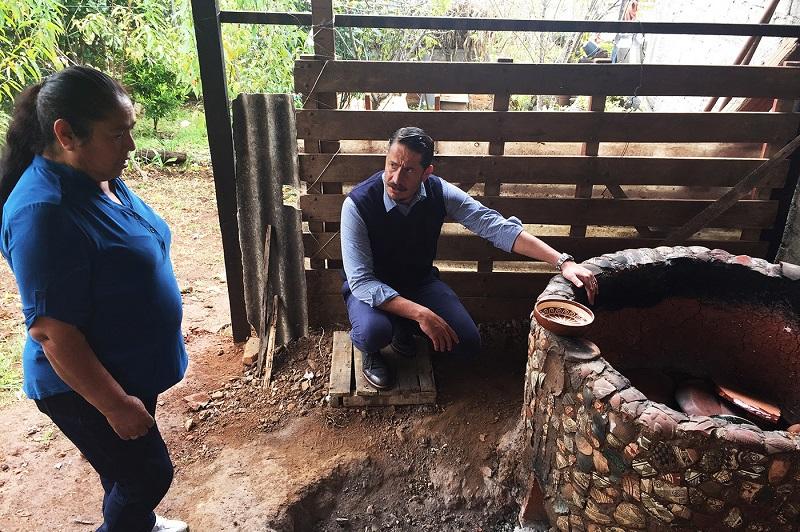 Al finalizar la entrega de apoyos, las autoridades federales, estatales y municipales visitaron los talleres de alfarería y fibras vegetales