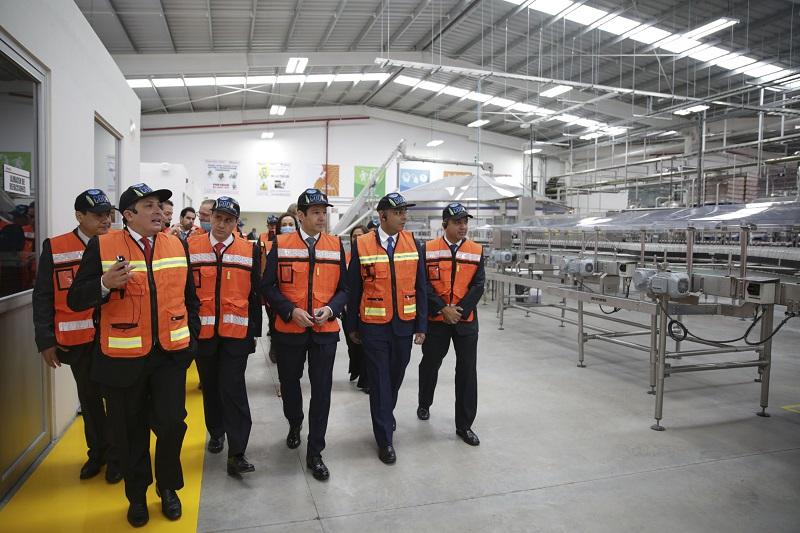 Esta empresa ciento por ciento mexicana, líder del sureste mexicano, representa la fuente de ingresos de 15 mil familias en el país y en Querétaro emplea hoy a 300 trabajadores