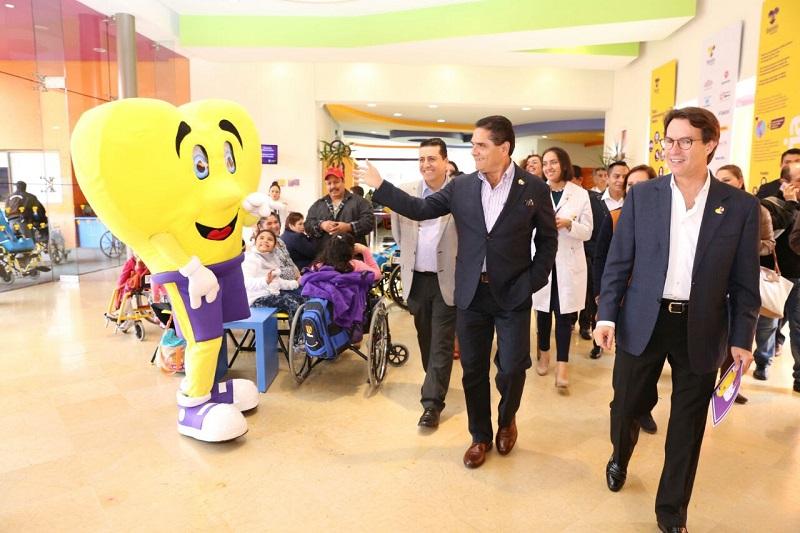 El mandatario estatal saludó a decenas de niños, niñas y sus familiares que acuden a recibir los servicios que ofrece el CRIT en la capital michoacana