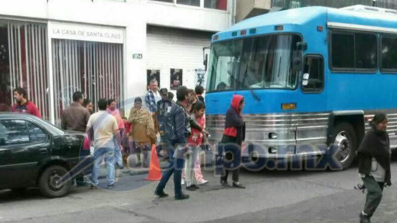 Los manifestantes llegaron en dos autobuses (FOTO: MARIO REBOLLAR)