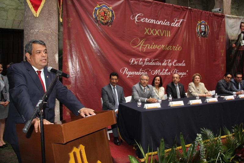 En presencia de ex directores, docentes, alumnos y personal administrativo, García Espinosa, quien acudió con la representación del rector Medardo Serna