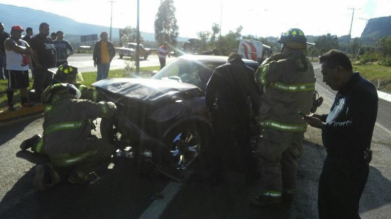 Sólo se reporta muy grave al conductor de la camioneta, quien de inmediato fue trasladado a un hospital de la capital michoacana (FOTO: MARIO REBOLLAR)
