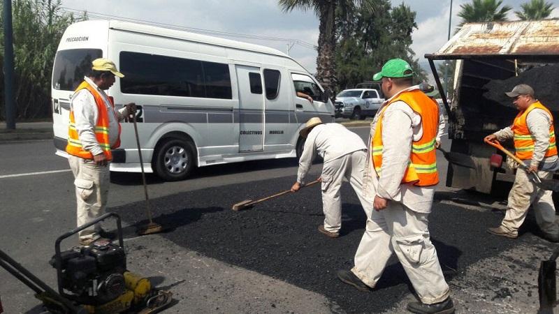 La dependencia estatal, por medio de una cuadrilla de doce trabajadores, atiende los tramos aislados del Libramiento de la capital michoacana que presentan daños ocasionados por las condiciones climáticas y la carga vehicular cotidiana