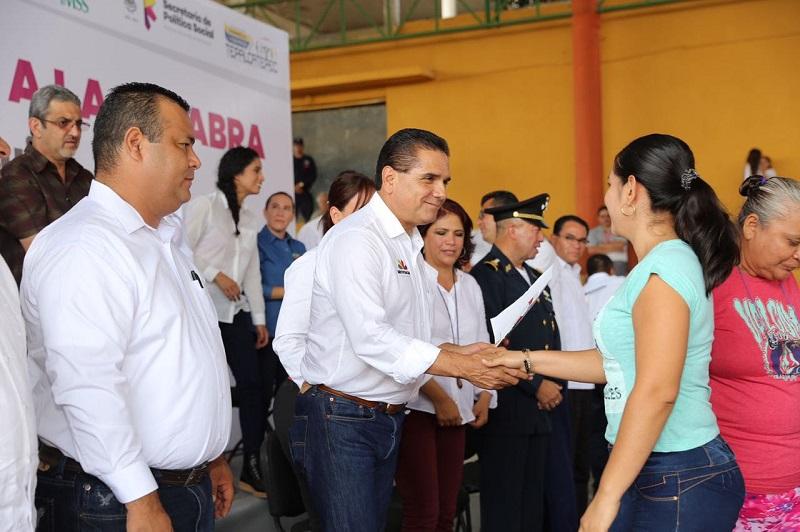 En el evento el jefe del Poder Ejecutivo también distribuyó equipamiento y medicamento para las auxiliares médicas que atienden las Casas de Salud en las comunidades de Tepalcatepec