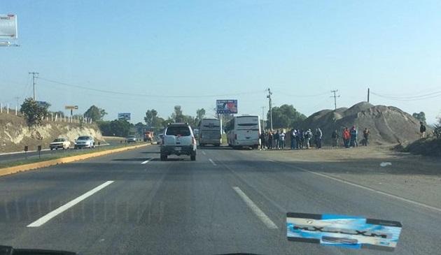 Tras el enfrentamiento, los normalistas huyeron con tres autobuses robados y el de la Escuela Normal de Tiripetío para tomar casetas en la Autopista de Occidente