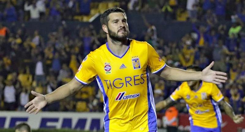 El francés André Pierre Gignac anotó tres goles para encabezar hoy el ataque de los Tigres en su goleada 5-0 sobre los Pumas de la UNAM con la que se convirtieron en el primer semifinalista del Apertura 2016 del fútbol mexicano