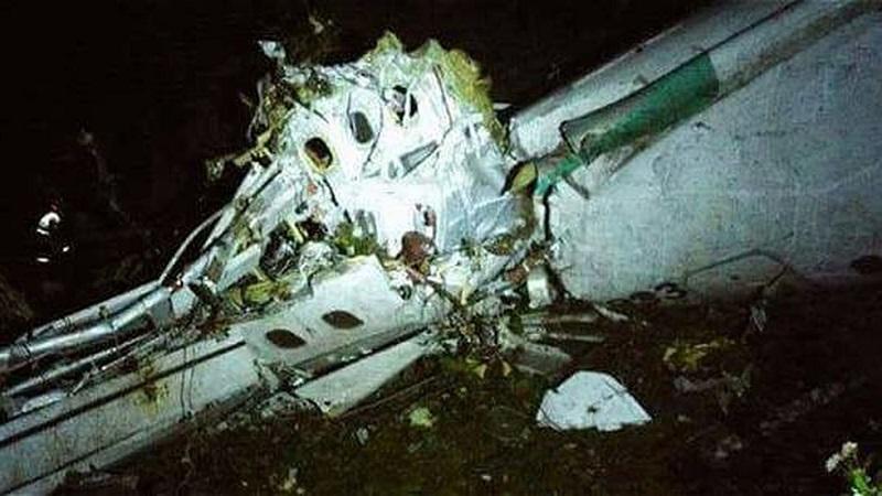 Seis personas pudieron ser rescatadas con vida -dos miembros de la tripulación, tres futbolistas y un periodista-, aunque una de ellas finalmente murió