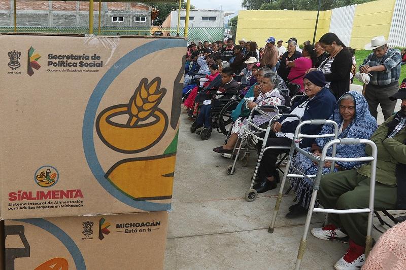 Sí Alimenta es un programa que entrega apoyos alimentarios a las y los adultos mayores de los 113 municipios del estado durante los 12 meses del año, con el objetivo de abatir el rezago alimenticio