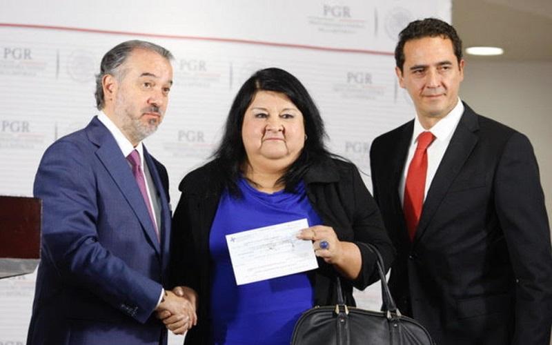 En conferencia de prensa el funcionario hizo la entrega del cheque a la secretaria de Finanzas y Planeación del gobierno estatal, Clementina Guerrero García, para resarcir el daño ocasionado a la entidad que se encuentra en crisis económica