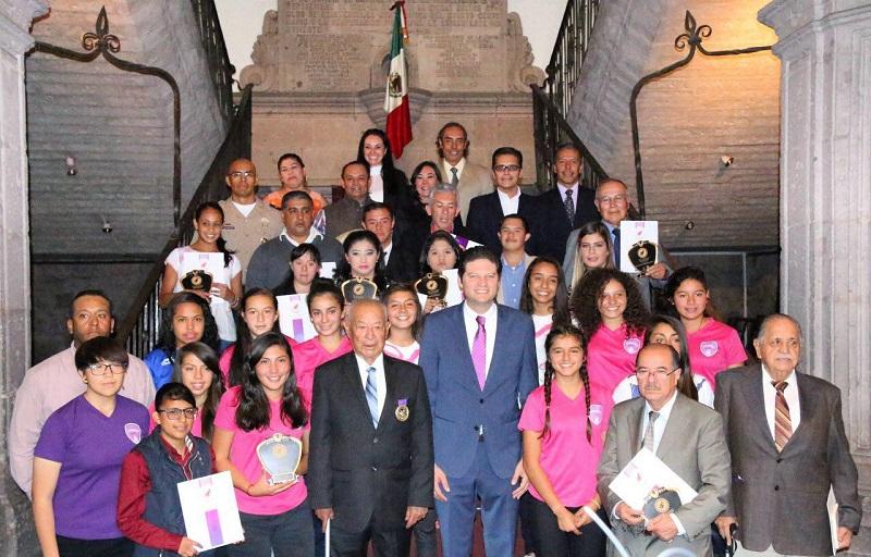Previo a la ceremonia de entrega, el Jefe de la Comuna Moreliana condecoró con una presea al profesor Bertín Aguilar Pérez, por su destacada trayectoria a lo largo de 65 años al servicio del deporte en Morelia