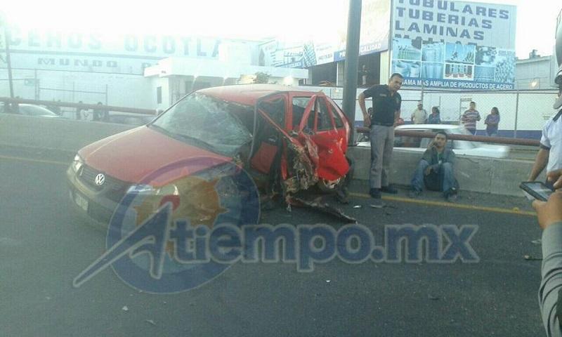 El automovilista fue auxiliado por elementos de la Coordinación de Protección Civil y Bomberos Municipales de Morelia (FOTO: FRANCISCO ALBERTO SOTOMAYOR)