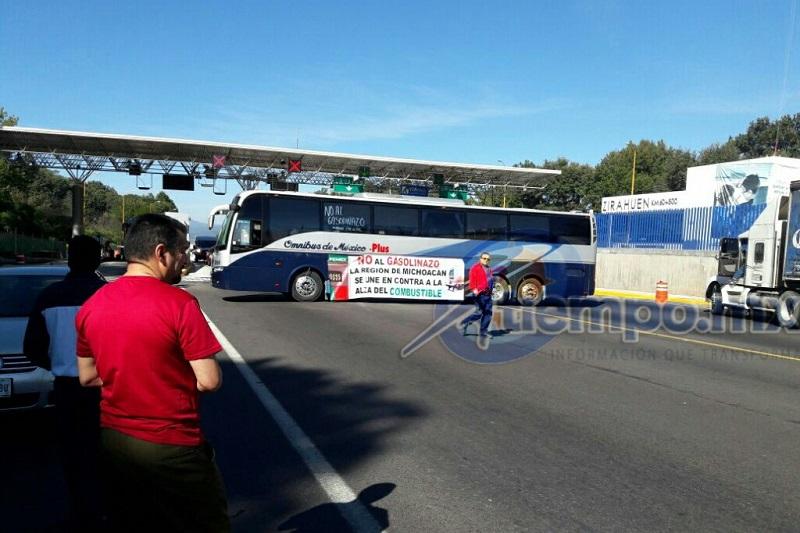 En la caseta de Zirahuén de la Autopista Siglo 21 se registra el secuestro de al menos cuatro autobuses de pasajeros por parte de normalistas y comuneros indígenas, quienes bloquearon el paso de vehículos y amagan con mantener el cierre hasta las 18:00 horas