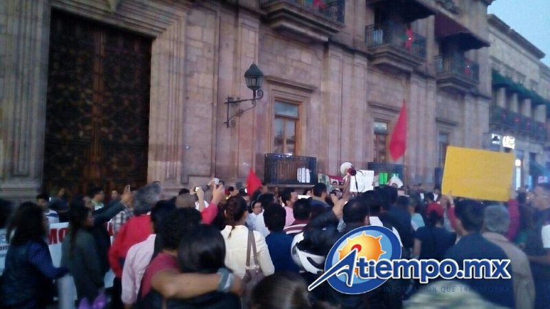 Los manifestantes cerraron la Avenida Madero con el autobús oficial de la Escuela Normal Rural de Tiripetío (FOTO: MARIO REBOLLAR)