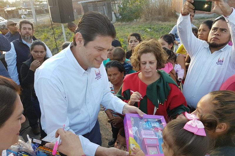 Alfonso Martínez hizo una visita a la colonia Valle de los Manantiales, en donde entregó un estimado de mil 200 juguetes con motivo del Día de Reyes