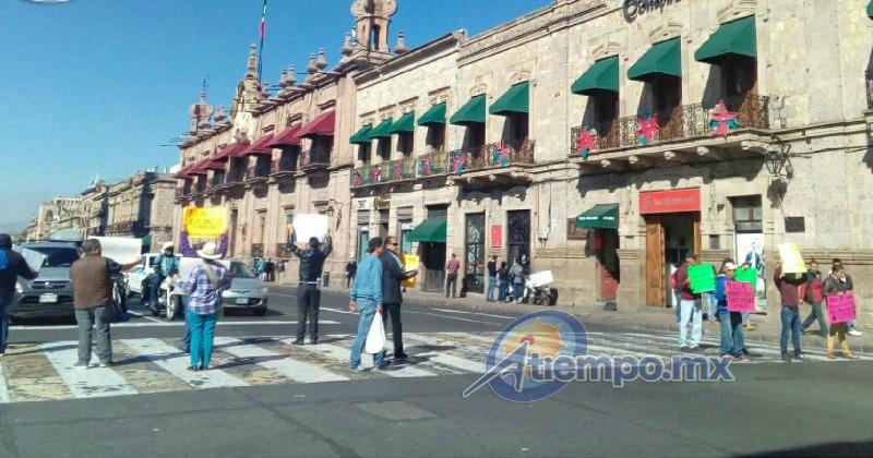 Los manifestantes aprovechan el turno en rojo de los semáforos para mostrar sus pancartas a los automovilistas y no entorpecen el tránsito vehicular (FOTO: MARIO REBOLLAR)