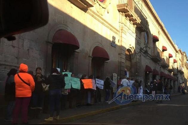 Por el momento la calle Abasolo no se encuentra tapada, pero se recomienda tomar precauciones (FOTOS: FRANCISCO ALBERTO SOTOMAYOR)