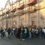 Los manifestantes fueron atendidos por el director de Gobernación, Víctor Lara, quien les consiguió la reunión que exigían (FOTO: MARIO REBOLLAR)