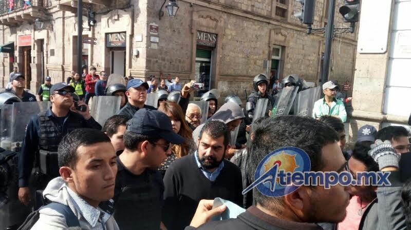 En esta ocasión las fuerzas del orden no actuaron para replegar a los manifestantes que provocaron caos vial en el Centro Histórico de Morelia (FOTOS: FRANCISCO ALBERTO SOTOMAYOR)