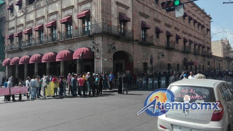 Miembros de la Casa del Estudiante Nicolaita han cerrado la Avenida Madero para protestar contra el recorte presupuestal a la UMSNH y en apoyo al SPUM y SUEUM (FOTO: MARIO REBOLLAR)