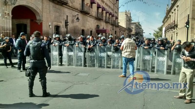 Miembros de la Casa del Estudiante Nicolaita han cerrado la Avenida Madero para protestar contra el recorte presupuestal a la UMSNH y en apoyo al SPUM y SUEUM