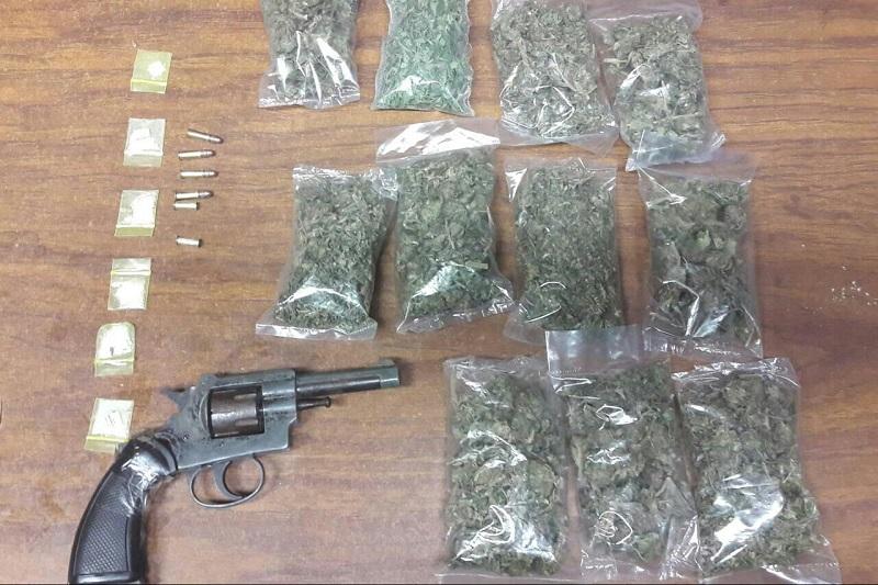 Se aseguró un arma de fuego tipo revólver, calibre .22mm, con cuatro cartuchos útiles y dos cascajos percutidos, así como vehículos y drogas