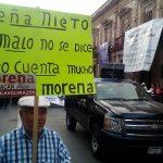 Además del gasolinazo, algunos de los manifestantes aprovecharon la ocasión para expresar su rechazo a la reforma educativa y al recorte presupuestal en la Universidad Michoacana (FOTOS: MARIO REBOLLAR)