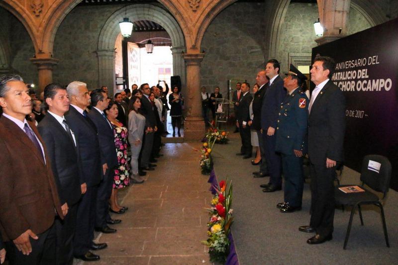 Acompañado por el Secretario de Educación en el Estado, Alberto Frutis Solís, el alcalde de Morelia, Alfonso Martínez Alcázar se mostró complacido por celebrar un aniversario más del del natalicio de Melchor Ocampo