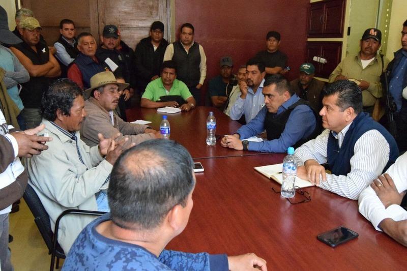 El titular de la Secretaría de Seguridad Pública de Michoacán, Juan Bernardo Corona Martínez se reunió con representantes comunales y jefes de tenencia de ese municipio de la Meseta Purépecha.