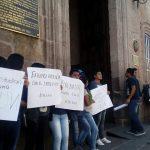 Los jóvenes se manifiestan sobre la acera en la calle Allende, sin bloquear la vialidad ni el acceso al Palacio Municipal