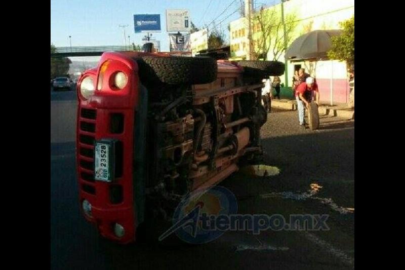 En el accidente la camioneta perdió una de sus llantas; hasta el momento se reporta un lesionado (FOTOS: MARIO REBOLLAR)