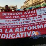 En el trayecto, los marchantes gritaron consignas y mostraron mantas y pancartas contra la reforma educativa y en general contra las reformas estructurales (FOTOS: MARIO REBOLLAR)