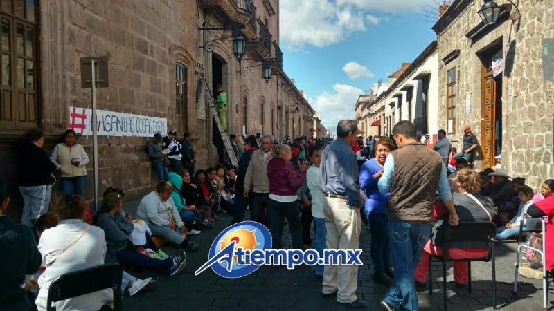 Con estas acciones los antorchistas violaron el Bando de Gobierno Municipal de 2001 que prohíbe el comercio informal en el Centro Histórico de la capital michoacana (FOTOS: FRANCISCO ALBERTO SOTOMAYOR)