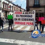 En distintos puntos concurridos de la ciudad de Morelia, decenas de transportistas muestran mantas y pancartas de rechazo al gasolinazo sin entorpecer el tránsito vehicular (FOTO: MARIO REBOLLAR)
