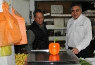 Villalobos Guzmán, destacó la importancia de difundir estos establecimientos, para que más personas acudan a comprar sus mercancías y se haga un consumo local, que beneficie a los morelianos (FOTO: MARIO REBOLLAR)