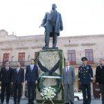Tras el acto conmemorativo se colocó una ofrenda floral y montó guardia de honor por las autoridades municipales, estatales y militares presentes en el busto dedicado a Juárez a un costado de Catedral (FOTO: MARIO REBOLLAR)