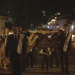 Esta procesión se caracteriza por la indumentaria de los encapuchados y la vestimenta negra de las mujeres que participan, logrando así una representación muy similar a la que se realiza en España