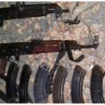Los detenidos, armas, cargadores, cartuchos y motocicleta fueron puestos a disposición de la autoridad competente