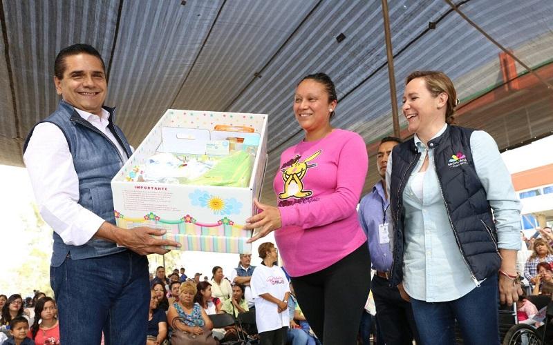 Silvano Aureoles entregó diversos apoyos sociales como despensas, cunas, bastones, créditos y equipamiento para fomentar el auto empleo, así como pólizas de incorporación al Seguro Popular, entre otros beneficios
