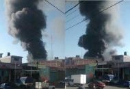 La columna de humo es visible desde toda la ciudad y ha provocado gran alarma entre los vecinos de la zona